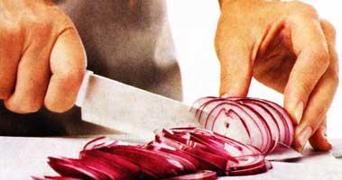 Нарезать кольцами лук